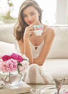 Miranda Kerr ✾ for Royal Albert collection is perfect for the sophisticated woman, who enjoys to celebrate with friends or simply when she needs to take time for herself with a nice cup of tea. Victoria Secret, Victorias Secret Models, Royal Albert, Miranda Kerr Style, Pause Café, Coffee Girl, Australian Models, Celebs, Celebrities