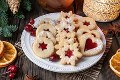 High Angle View Of Jam Cookies With Christmas Decorations On Wooden Table Photog , Mini Desserts, Healthy Cooking, Cooking Tips, Macaron, Gingerbread Cookies, Food And Drink, Diet, Breakfast, Recipe