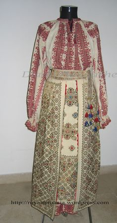 Romanian traditional costume of Helen, Queen-Mother of Romania - Romanian Royal Family collection Mega Fashion, Royal Fashion, Folk Costume, Costumes, Romanian Royal Family, Vintage Outfits, Folk Embroidery, Embroidery Patterns, Ethnic Dress