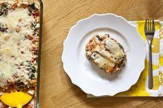 480ml Wasser  170g Quinoa  1 EL Olivenöl  1 große Zwiebel, gehackt  100g Pilze, in Scheiben geschnitten  2 Zehen Knoblauch, gepresst  500g Tomaten- od. Pastasauce  400g Hüttenkäse  1 Ei, geschlagen  15g Parmesankäse, gerieben  2 EL frisches gehacktes Basilikum od. 1 TL getrocknetes Basilikum  1 EL Oregano, getrocknet  1 mittelgroße Zucchini, gehackt  250g TK Spinat, aufgetaut und Flüssigkeit rausgedrückt  150g Mozzarella, gerieben  Salz und Pfeffer