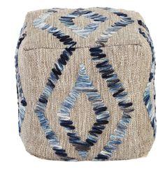 Dieser würfelförmige Hocker ist absolut hip! Hier sitzen Sie nicht einfach, hier setzen Sie ein stylisches Statement. Der trendig gemusterte Bezug ist aus Wolle, Baumwolle und Recyclingfasern gewebt. Ein leichtes Ethno-Muster in Blautönen sorgt für Kontrast und Abwechslung. Lassen Sie sich von diesem coolen Hocker begeistern!