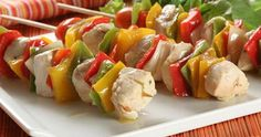 Classic Chicken and Bell Pepper Kabobs Chicken, onions and bell peppers are marinated in an exquisite honey and soy sauce mixture, before being threaded on to skewers and barbequed. They are perfect for feeding a crowd. Picnic Food List, Healthy Picnic Foods, Picnic Snacks, Picnic Dinner, Picnic Ideas, Healthy Food, Frozen Breakfast, Vegetarian Recipes, Healthy Recipes