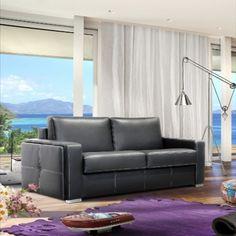 A Fun kanapétkarfájának egyedi kialakítása és duplasoros varrása teszi különlegessé. Időtlen klasszikus egyediséggel párosítva, a karfákon is díszítő varrással gazdagítva.Kiegészítésként ajándék párnákat ajánlunk a kontrasztos színekben. Nova, Couch, Furniture, Home Decor, Settee, Decoration Home, Sofa, Room Decor, Home Furnishings