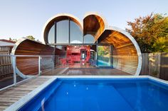 Discover 32 pool house ideas for your inspiration. Browse photos of traditional and modern pool house designs. A collection of houses with swimming pools. Architecture Cool, World Architecture Festival, Cabinet D Architecture, Australian Architecture, Organic Architecture, Green Design, Eco Design, Luxury Swimming Pools, Swimming Pool Designs