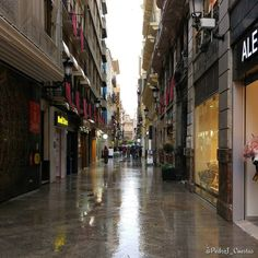 La calle Traperia de #Murcia un día de lluvia. #LunesSanto de #SSantaMurcia.  #MiMurcia #Spain