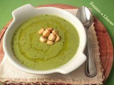 La vellutata di piselli e patate è una calda crema dal sapore molto delicato, facilissima da preparare e leggera. Ottima consumata con dei crostini di pane