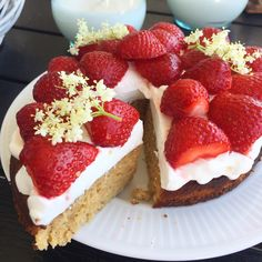 Healthy Cake, Healthy Desserts, Fun Desserts, Danish Dessert, Strawberry Cream Cakes, Cake Recipes, Dessert Recipes, Lchf, Toffee Bars