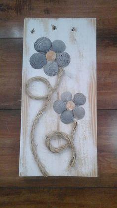 Fleurs de coquillage sur tenture décorative bois récupéré