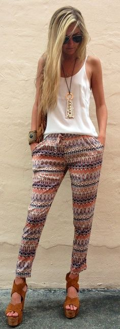 Street style | White top, printed pants, sandals, accessories