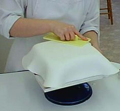 How to ice a sponge cake. This is EXACTLY what I needed!
