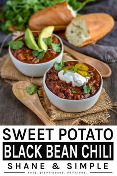 Loaded with protein, fiber and healthy delicious veggies. A hearty vegan meal ready in Sweet Potato Black Bean Chili! Loaded with protein, fiber and healthy delicious veggies. A hearty vegan meal ready in Delicious Vegan Recipes, Healthy Dinner Recipes, Whole Food Recipes, Vegetarian Recipes, Vegan Soups, Vegetarian Diets, Chilli Recipes, Raw Recipes, Vegan Food