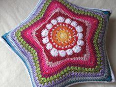 Boa tarde fiorellini. desejo a todos uma doce quinta feira.  deixo aqui alguns modelos de almofadas de crochê para nos inspirar.   baci    ...