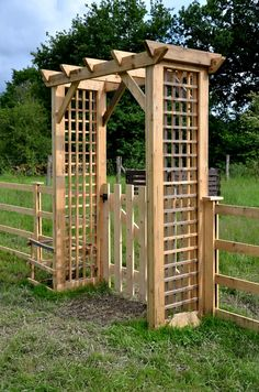 recovery of planks from an old wooden crate (export crate) .divider or separator to create another area or Garden Archway, Garden Entrance, Garden Gates, Garage Pergola, Backyard Pergola, Backyard Landscaping, Pergola Ideas, Old Wooden Crates, Wooden Arbor