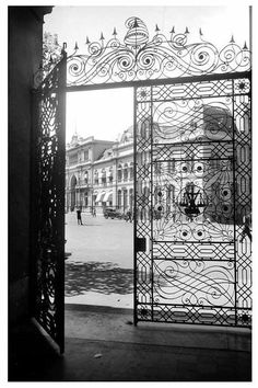 Casa Rosada. Buenos Aires Foto de S. Blum. White Photography, Old World, South America, Places To Go, Shots, Louvre, Windows, Black And White, Architecture