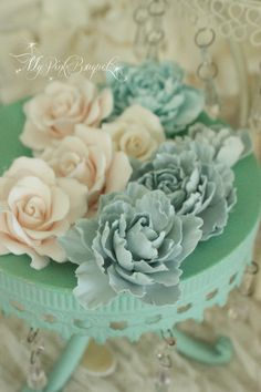 カップケーキタワーのデコレーション用に、ケーキとお揃いのクレイフラワー
