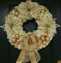 Christmas Wreath Image, Christmas Mesh Wreaths, Merry Christmas, Christmas Decorations, Winter Wreaths, Deco Mesh Crafts, Wreath Crafts, Diy Wreath, Wreath Ideas