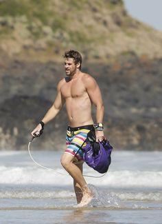 Shirtless Liam Hemsworth Flexes His Muscles on the Beach #pastelito @tuespaciopink @alejandradamian