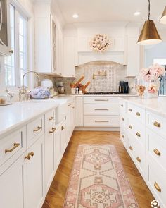 """@the.pink.dream: """"Summer vibes in the kitchen with bowls full of hydrangeas and 🍦 cones for the girls. We have a…"""" Spring Kitchen Decor, Spring Home Decor, Fixer Upper, Decor Interior Design, Interior Decorating, Decorating Ideas, Decor Ideas, Decorating Coffee Tables, Formal Living Rooms"""