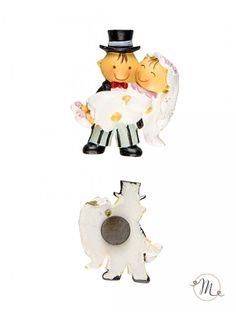 Calamita Sposa in Braccio. Lo sposo prende in braccio la sposa ed è felice del passo appena compiuto. Di questa stessa liena, sono disponibili anche portachiavi, laccetto per cellulare, segnalibro, cake topper e portabigliettini. Ordine minimo 6 pezzi e multipli di 6. Misure: 5 cm. Pit & Pita® Collection originale!In #promozione #bomboniere #matrimonio #weddingday #ricevimento #wedding #sconti #offerta #calamite