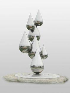 Современная скульптура из нержавеющей стали, капли воды..