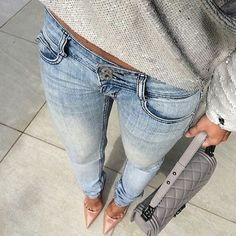Grey sweater, jeans and nude pumps.
