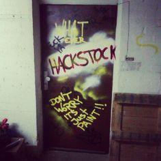 Die Kellertür ist nun bemalt wie in Hackers. Nur für dich, Robert :). Neon Signs, Diy, Basement, Bricolage, Do It Yourself, Homemade, Diys, Crafting