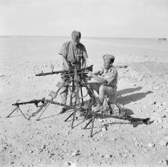 Troops examining captured German machine guns to 1200 Rounds per minute), 22 April Mg34, Afrika Corps, North African Campaign, Erwin Rommel, History Images, Ww2 Tanks, Historical Pictures, British Army, Military History