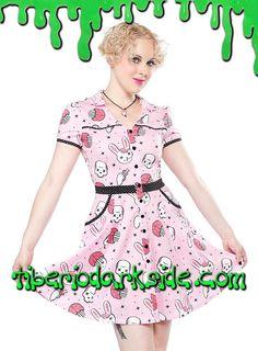 Vestido rosa con corte de camisa vaquera estampado de conejos, calaveras y magdalenas de cerebro, con ribete de lunares, botones y bolsillos. Materiales: 95% algodón, 5% spandex. Marca: Sourpuss.  COLOR: ROSA TALLAS: M, L, XL, 3XL  M - 88 cm pecho (ES talla 38, MEX talla 28, UK talla 10) L - 94 cm pecho (ES talla 40, MEX talla 30, UK talla 12) XL - 100 cm pecho (ES talla 42, MEX talla 32, UK talla 14) 3XL - 112 cm pecho (ES talla 46, MEX talla 36, UK talla 18)  DE LA MISMA COLECCIÓN