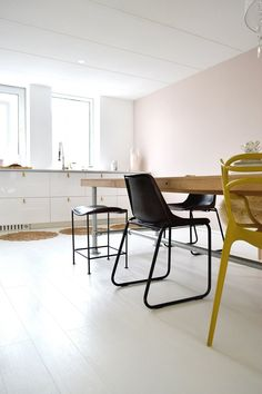 Diningroom industrial leather stool, ochre yellow Master chair Phillippe Starck for Kartell. Pale pink wall, colour: Morning Tea by paint brand Painting the Past
