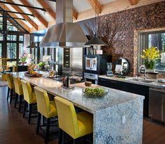 dom, wnętrza, wystrój wnętrz, dom drewniany, duże okna, styl klasyczny, kuchnia, blat, wyspa kuchenna, żółte krzesła