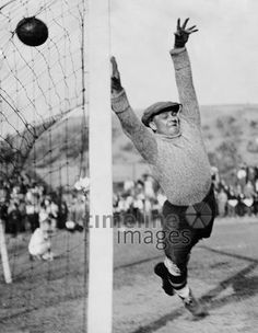 Fussball - Torwart bei der Abwehr des Balles ullstein bild - ullstein bild/Timeline Images #1934 #Fußball #Fussball #Football #Soccer #AssociationFootball #Goalkeeper #Torwart #Fußballspiel #Tor #Goal