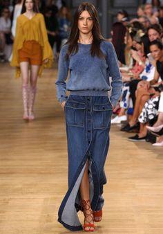 Девушка в длинной джинсовой юбке с пуговицами и свитере