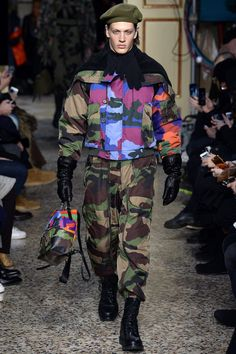 The complete Moschino Fall 2017 Menswear fashion show now on Vogue Runway. Fashion Week, Fashion 2017, Winter Fashion, Fashion Show, Milan Fashion, Fashion Trends, Weird Fashion, Trendy Fashion, Mens Fashion