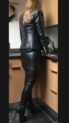 Amateur modeling black leather skirt and jacket in kitchen Black Leather Mini Skirt, Black Faux Leather, Best Leather Jackets, Leder Outfits, Skirts With Boots, Skirt Boots, Leather Dresses, Sexy Skirt, Leather Leggings