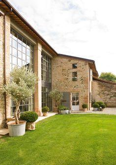 Huset utvendig er en blanding av naturstein og murstein, mens i den pussede delen er det sandstein.