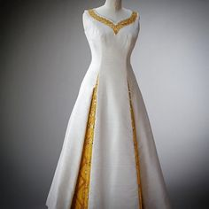 This dress was worn for a State Banquet in the Royal Palace of Bangkok during The Queen and The Duke of Edinburgh's state visit to King Bhumibol and Queen Sirikit of Thailand in The unusually-shaped neckline hints at oriental design. News Fashion, Style Fashion, Royal Collection Trust, Queen Sirikit, Hm The Queen, Instagram Queen, Silky Dress, Thai Style, Royal Fashion