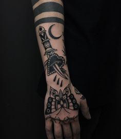 Tattoo For Guys Traditional Hand 61 Ideas – tattoo. – Tattoo For Guys Traditional Hand 61 Ideas – tattoo. Cool Small Tattoos, Tattoos For Women Small, Trendy Tattoos, Black Tattoos, Tattoos For Guys, Cool Tattoos, Tattoo Guys, Knee Tattoo, Arm Tattoo