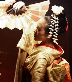 Memoirs of a Geisha - ZiYi Zhang as Sayuri - Costume designed by Colleen Atwood Colleen Atwood, Zhang Ziyi, Chinese Opera, Memoirs Of A Geisha, Japanese Characters, Movie Costumes, Classic Movies, Dark Hair, Costume Design