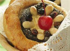 Koláčky s ořechovou, povidlovou, nebo tvarohovou náplní příjemně navodí atmosféru svátečního dne. Cakes, Desserts, Food, Tailgate Desserts, Deserts, Cake Makers, Kuchen, Essen, Cake