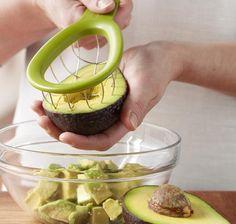 + Criatividade :     Que tal um cortador em cubos de abacate?