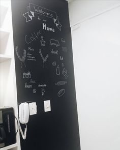 Novidade!! Queria muito uma parede lousa e a melhor opção que encontramos foi colocar contact preto. Muito fácil para aplicar, pode escrever com giz ou caneta. Preço:R$ 43,00 -10m na Kalunga. Amei!! Obs. Sou péssima p/ desenhar #home #homesweethome #decor #paredelousa #contact #giz #meuape #decoration