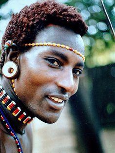 Maasai Warrior, Kenya / visage / personnage / photoportrait / lumière / regard / sourire / afrique / bonjour