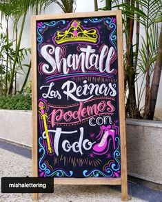Fiesta de Reinas  Diseño por: Misha Velazco #LaChicadelaPizarras #Mishavelazco #Pizarras #DiseñodePizarras #Chalkart Chalk Lettering, Typography Art, Hand Lettering Tutorial, Chalk It Up, Blackboards, Chalkboard Art, Diy Cards, Photo Booth, Diy And Crafts