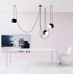 Deze AIM lamp van Flos is ontworpen door Ronan & Erwan Bouroullec. Deze hanglamp is erg functioneel door de stekker. Hierdoor kun je hem vrijwel overal ophangen. De lamp kan je kantelen en aan het snoer zit een schakelaar.
