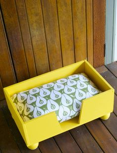 A friend of mine made this gorgeous little dog bed ready for the arrival of her new puppy! so creative, and definitely a money saver! Have you seeeeeeen the price of dog beds these days!!!!