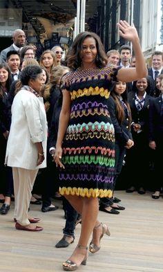 Vestido de comprimento na altura dos joelhos e estampa geométrica colorida. O modelo é uma boa opção para mulheres que querem adicionar cor ao look de trabalho sem perder a formalidade exigida no ambiente corporativo. Getty Images.