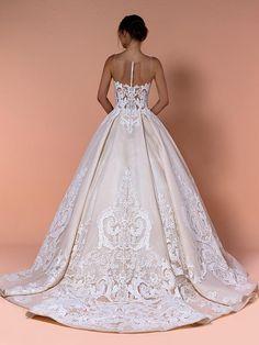 Romantisches Brautkleid mit Spitzenapplikationen auf Oberteil und Rock und raffinierter Rückenansicht. Couture, Formal Dresses, Wedding Dresses, Rock, Ball Gowns, Fashion, Tops, Dress Wedding, Bridle Dress