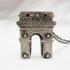 The Arc de Triomphe, Paris silver necklace by Mirisa パリ凱旋門のシルバーネックレス
