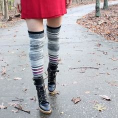 DIY Sweater Into Legwarmers. Turn your old sweater into cozy legwarmers. Pullover Upcycling, Alter Pullover, Old Sweater, Upcycled Sweater, Sweaters And Leggings, Diy Clothing, Mode Inspiration, Sewing Tutorials, Sewing Ideas