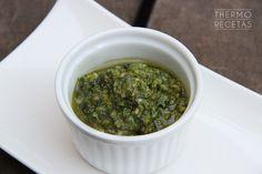 El pesto vegano adapta la tradicional receta del pesto genovés sustituyendo el parmesano por levadura de cerveza. Una salsa ideal para acompañar pastas y verduras.